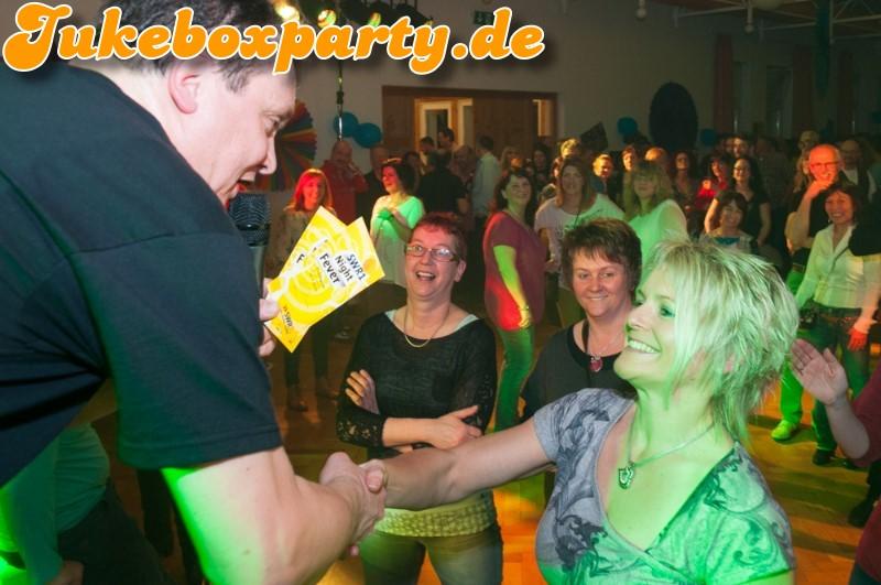 Johannes Held mit einem Musikrätsel-Gewinner bei der Jukeboxparty in Münstermaifeld